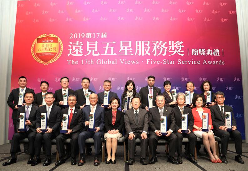 圖/所有的獲獎企業受獎人與遠見.天下文化事業群創辦人高希均(右5)、發行人王力行(左5)。