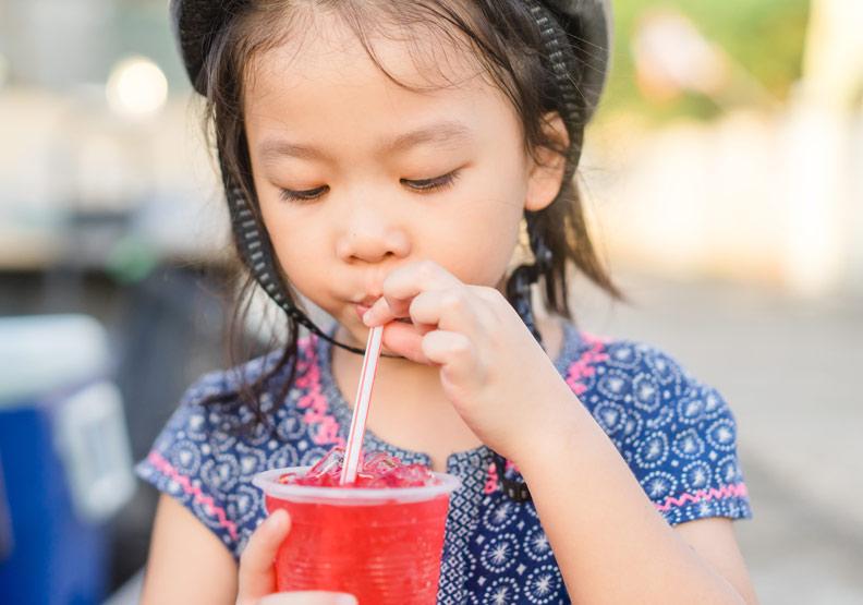 超過1/4兒童每天喝含糖飲料,不只會變胖還讓生長激素停機