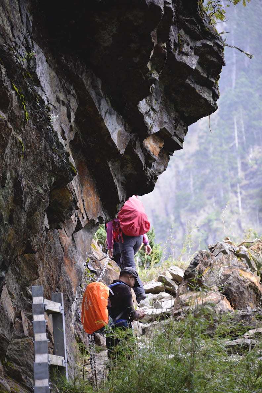 由玉山登山口往排雲山莊,路段不乏岩石峭壁,山友們行經此處,除了抬頭賞美景,也要小心腳下安全。