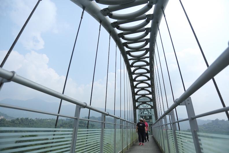 登上曾文水庫觀景塔橋,可將360度美景盡收眼底。