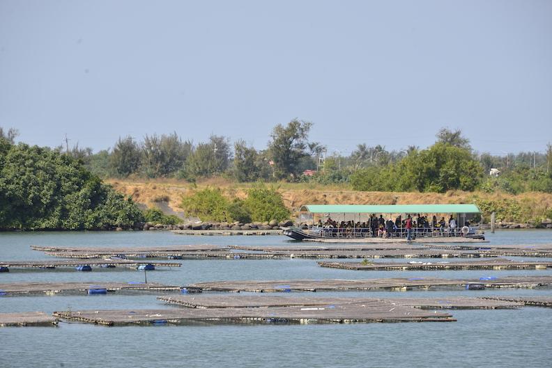 鹽水溪出海口,遊客可搭船體驗渡河。