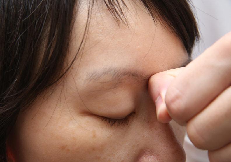 熬夜讓臉部水腫,醫:快按這 12 個穴位疏通經絡、促進代謝
