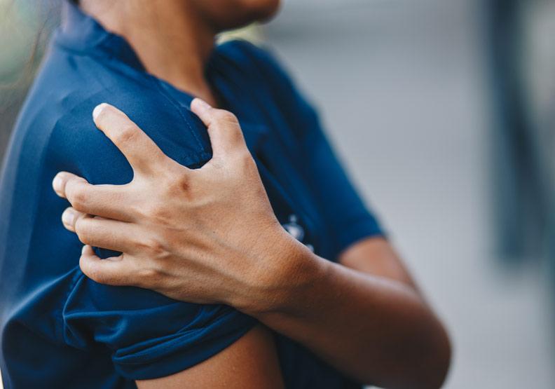 伸懶腰時肩膀劇痛!千萬別把「肩盂肱關節夾擊症」誤當五十肩