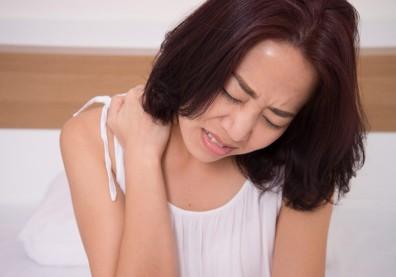 睡醒脖子不能轉、肩頸好痛...「落枕」的自救方法與對策