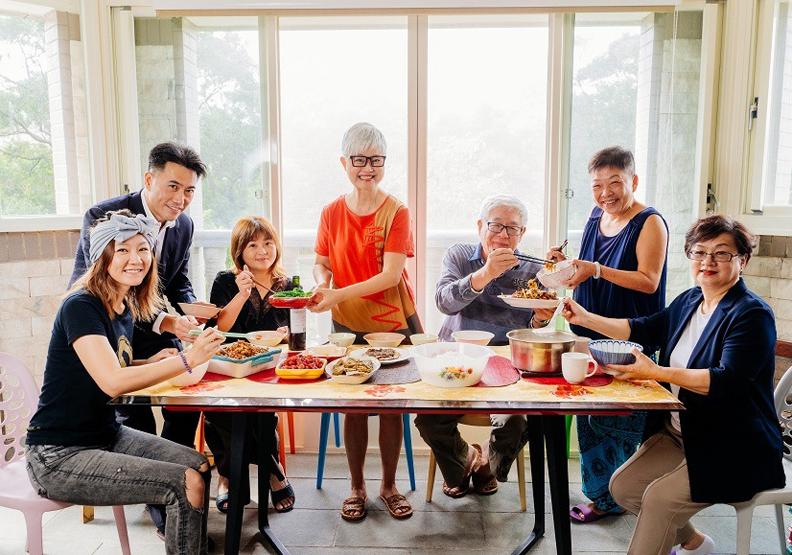最佳社區共老方案!高愛倫的「共餐」哲學:如何把鄰居變成相互照顧的新家人?
