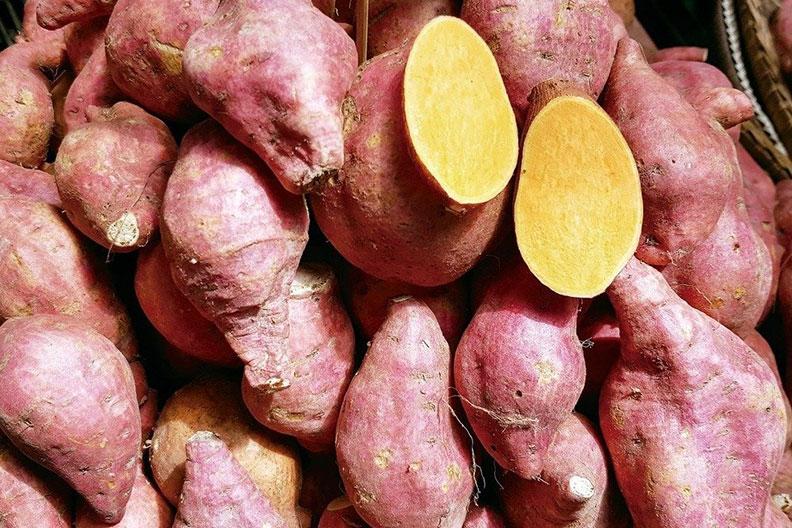 地瓜+辣椒在富含β-胡蘿蔔素的橙色食物(例如地瓜或南瓜)上撒一些辣椒或辣椒粉,可以增強維生素吸收。維生素A已被證實有益緩解皮膚發炎。