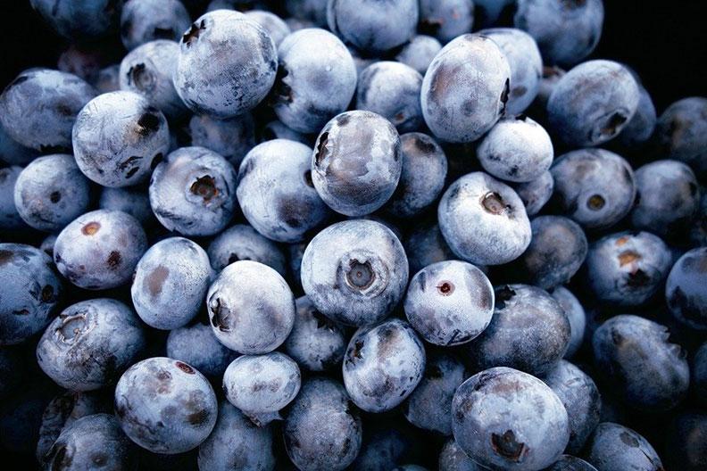 菠菜+藍莓把菠菜和藍莓打成奶昔,在運動鍛鍊前後飲用。在一項研究中,每天食用藍莓達六周的運動員,鍛鍊後的發炎反應減少;其他研究則顯示,菠菜可以改善鍛鍊過程的呼吸與氧氣流動。