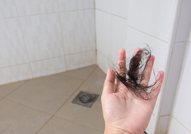 洗完頭排水孔被塞住...減少落髮,營養師開出 7 種食物清單