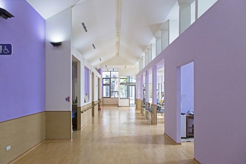 充滿開放感的明亮空間,讓照護設施擺脫以往冷清陰暗的印象。圖為雙連新莊社會福利中心室內一景。圖片提供:潘冀聯合建築師事務所