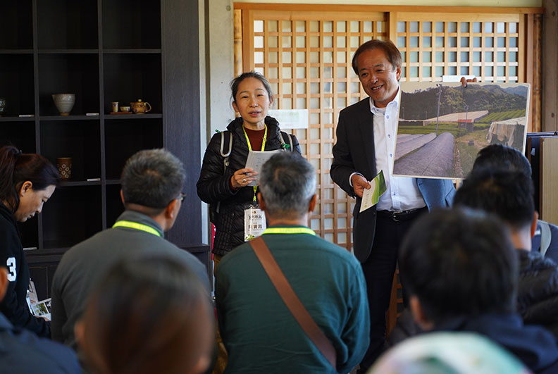 井上茂美專務理事透過陳寶霞(左)的翻譯,介紹星野村將日本排名第四星空與高級玉露茶產業連結的魅力。