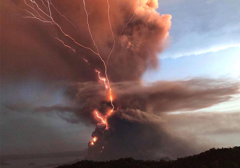 塔爾火山噴發引發75場地震!菲律賓當局警告:恐發生「火山海嘯」