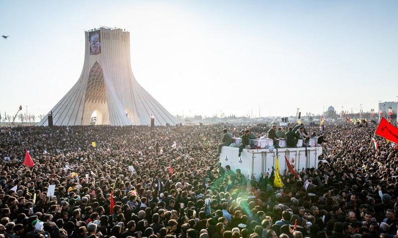 在悼念蘇雷曼尼的儀式上,數百萬伊朗人暫時拋棄了對伊朗政權的不滿,上街遊行抗議。