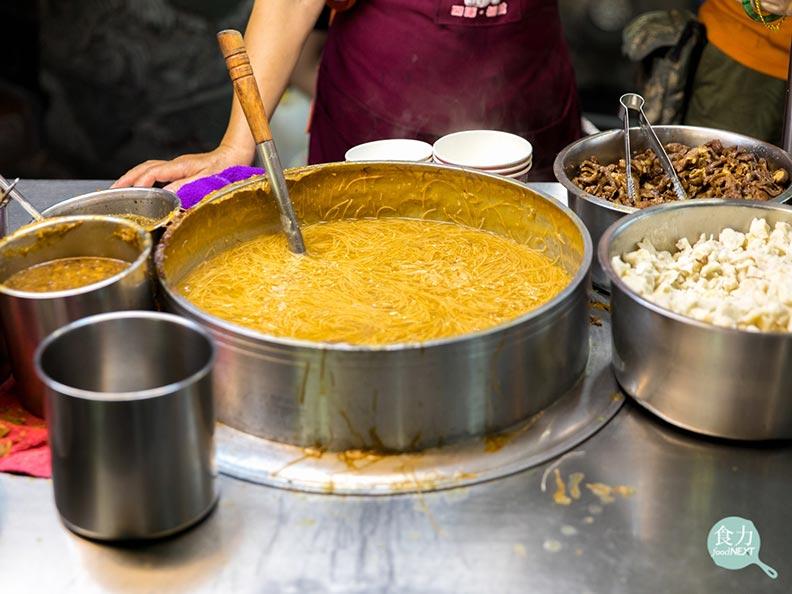 蚵仔麵線的紅麵線不僅帶有焦糖色澤,在久煮後麵體糊而不爛;食力提供。