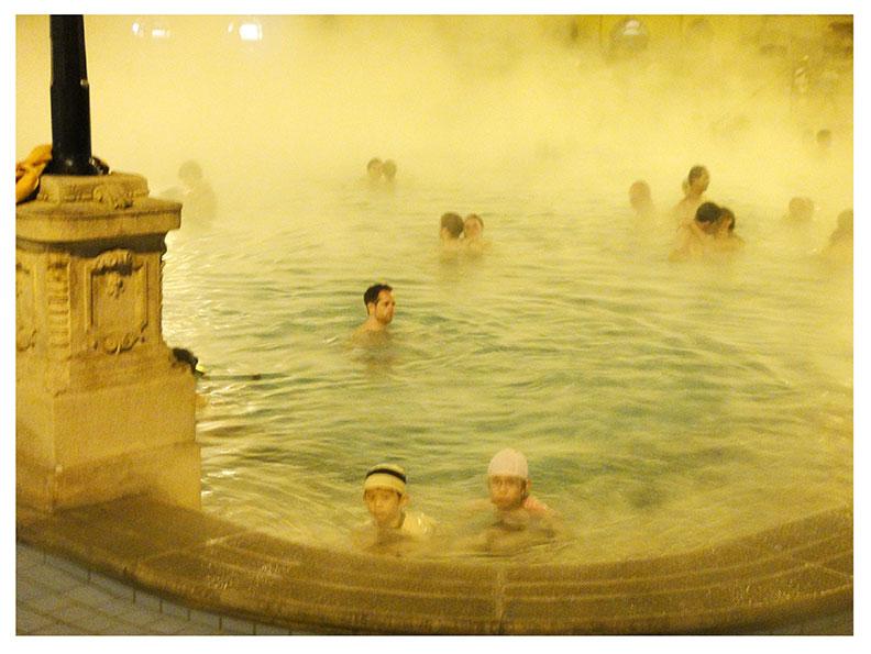 於溫泉池中從事復健伸展運動既安全又有效(照片為匈牙利Szechenyi溫泉游泳池,由張君威醫師提供)