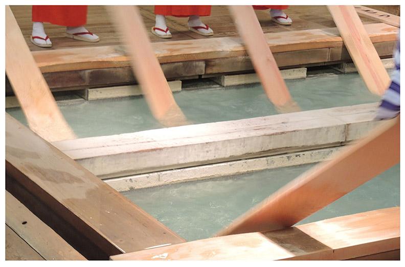 日本的草津溫泉高達51~94℃,透過傳統的「湯揉」(註1)無需再加水便可降溫。
