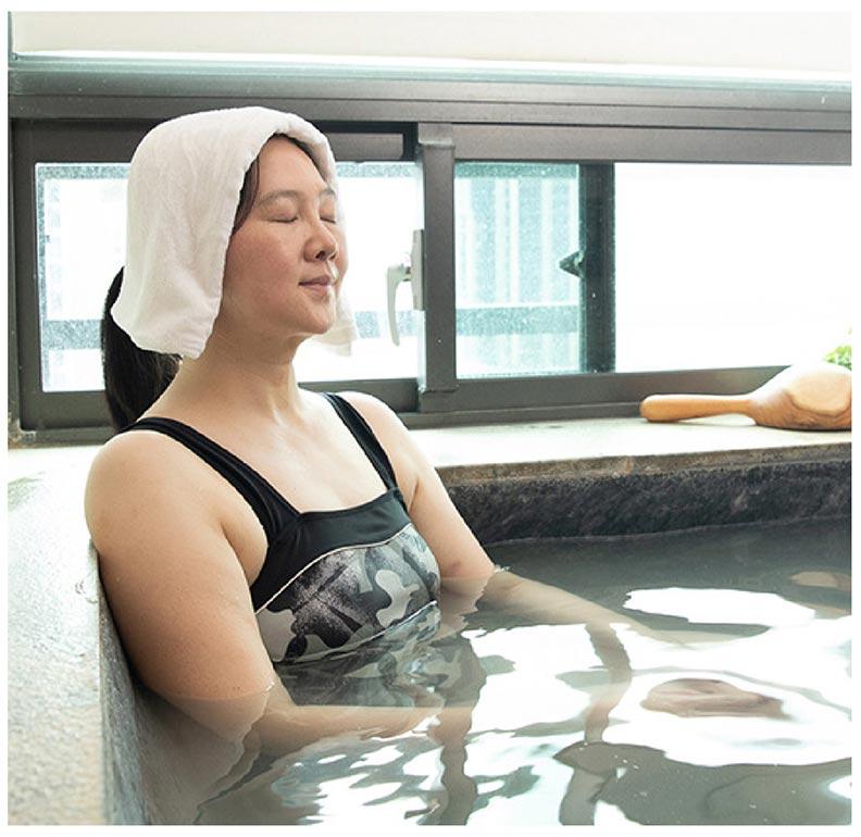入池前將毛巾攤開蓋頭、垂蓋過耳,舀起溫泉水從頭頂澆淋到後腦勺數次。