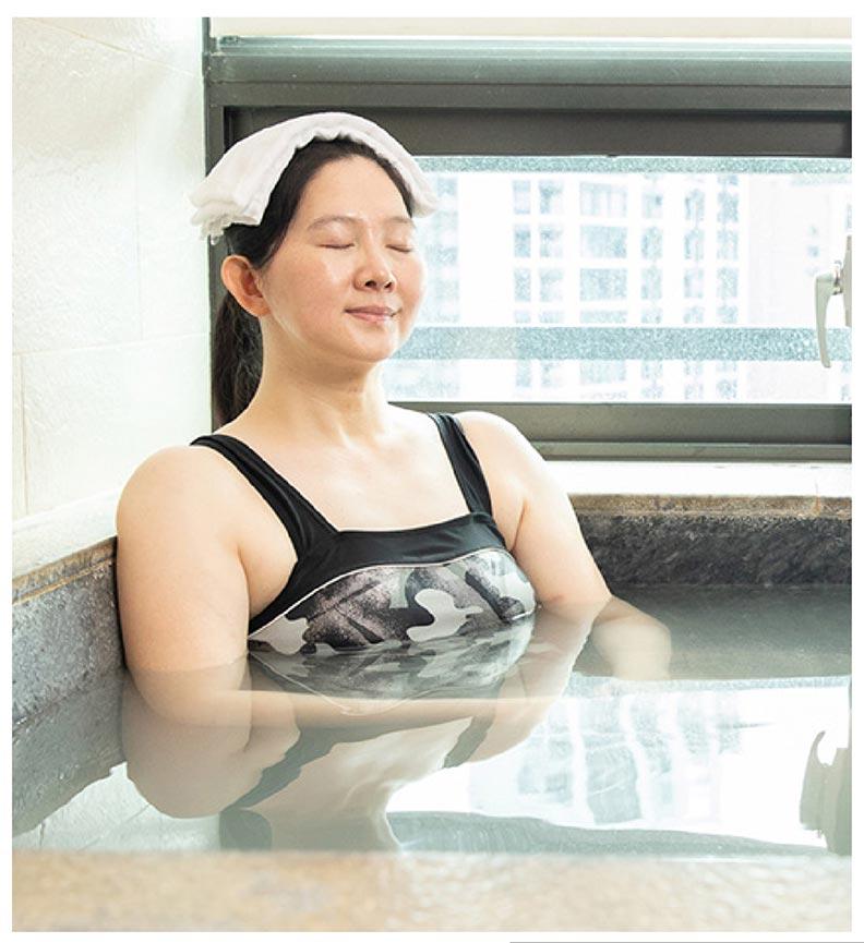 再折疊毛巾蓋住頭頂,就可以入池泡湯了。