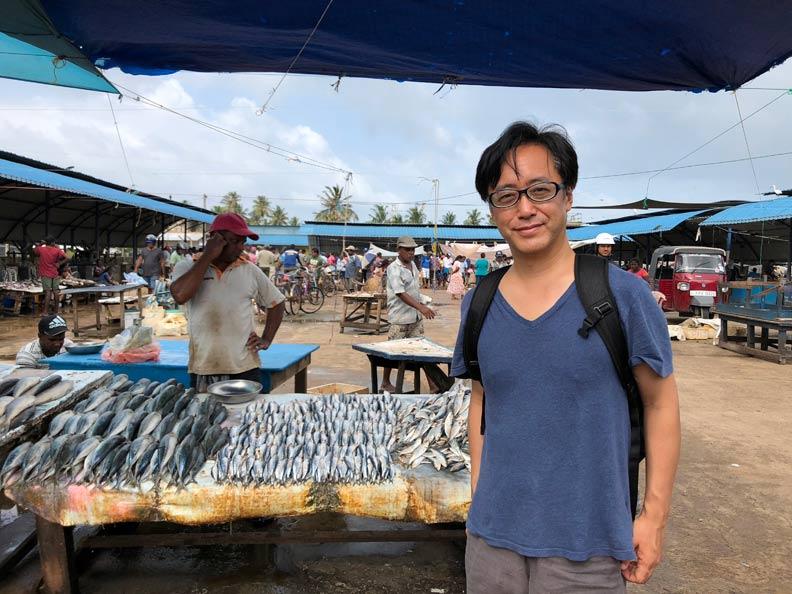 沙灘變成巨大的曬漁場,目光所及,盡是魚乾。野島剛提供