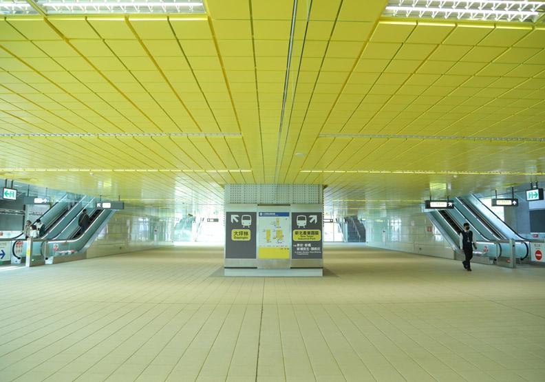 捷運十四張站的天花板全以黃色磚塊狀呈現,讓空間感更加放大。