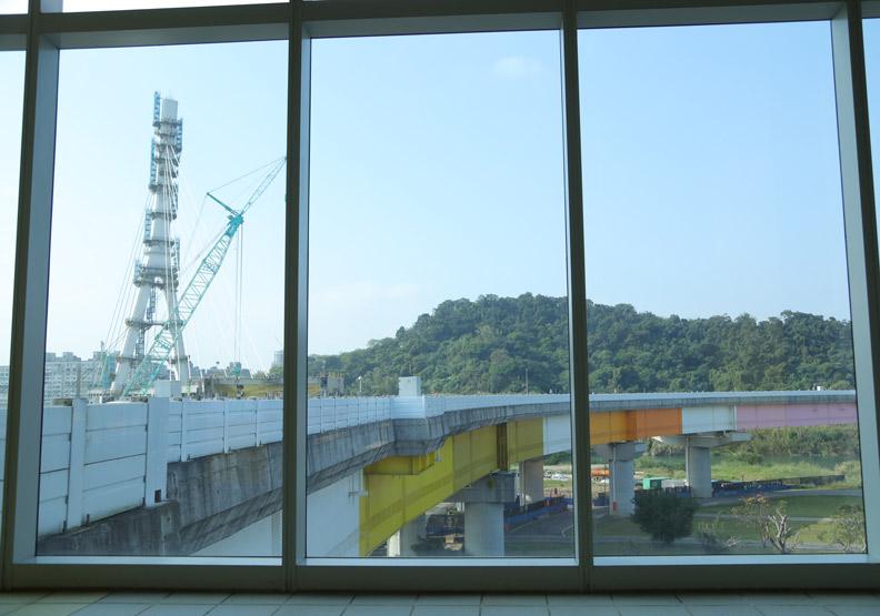 捷運十四張站窗景,往外可欣賞安坑輕軌施工中的橋體。