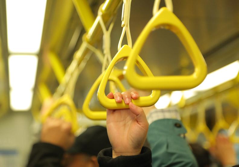 搭捷運時能做腳掌運動;池孟諭攝。