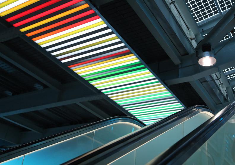 環狀線板橋站,天花板有一燈光設計會變換七彩十分吸睛。