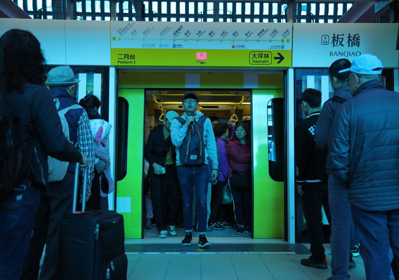 目前環狀線試乘中,許多民眾躍躍欲試前往搭乘。