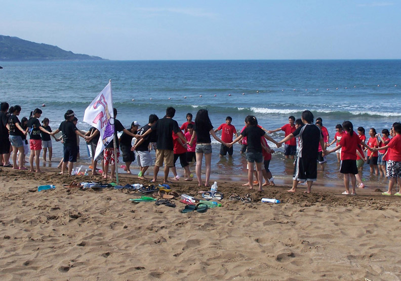 許多學生在金山的海灘邊都有回憶。圖片取自金山青年活動中心粉專