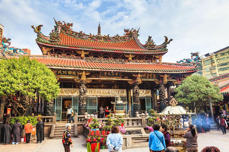 台北市龍山寺,圖片來自維基百科。