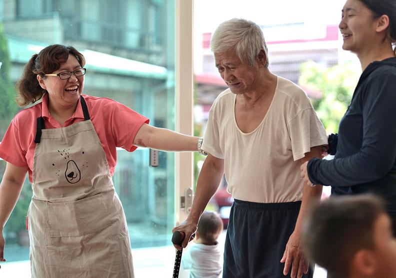 埔里人口老化,照顧咖啡館「厚熊笑狗」推廣長輩互相照顧