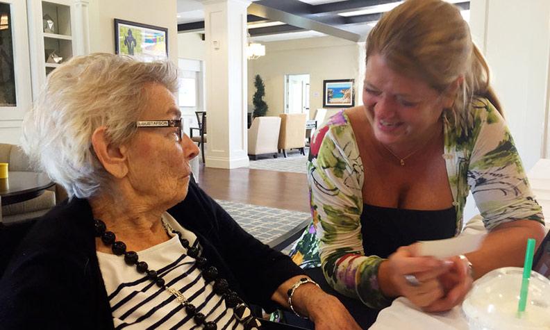 南西.古斯塔夫森(右)與她的母親