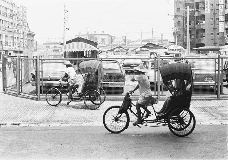 1968年台北市政府禁行三輪車,輔導車夫轉業為計程車司機