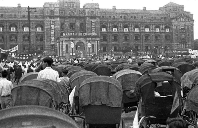 1951年,三輪車聚集在總統府前參加勞動節慶祝大會。