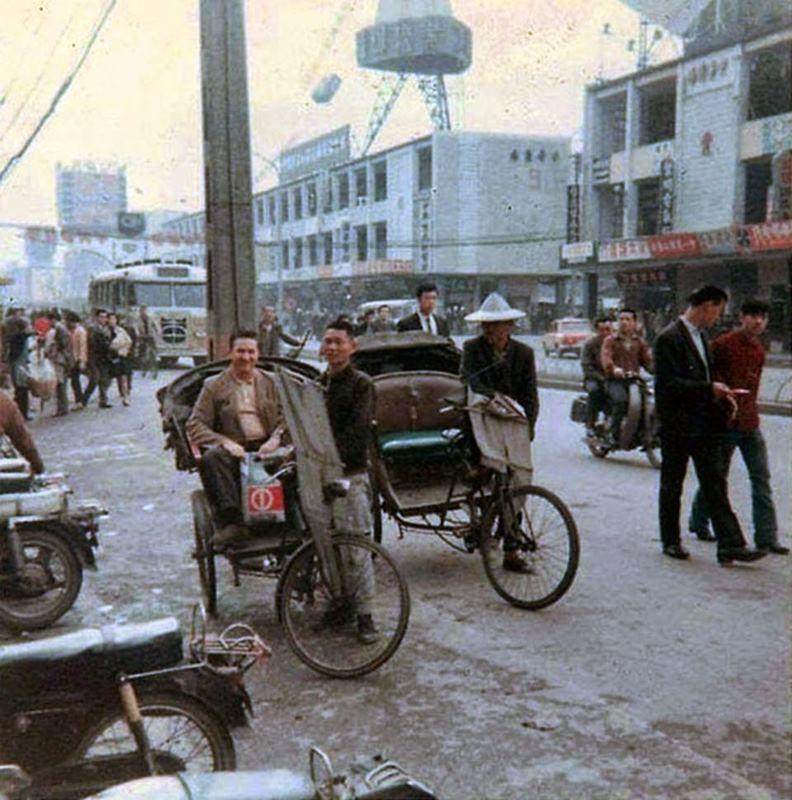 1965年,中華商場對面第一百貨前的三輪車。