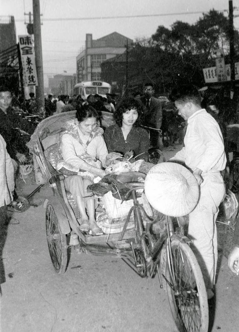 1961年,台北市昆明街與三水街口的三輪車。