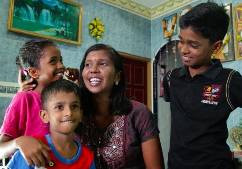 佐蒂和她的三個小孩,從小就接受多元文化的薰陶。真文化出版提供