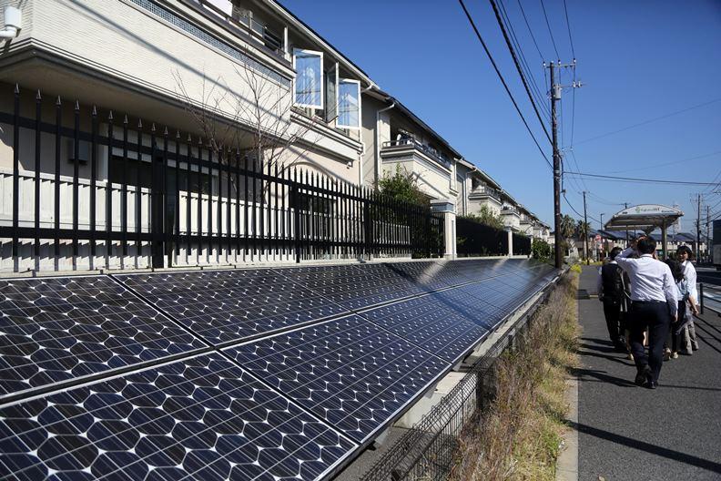 除了大幅增設再生能源發電裝置,東京同步要求減少能源的消耗量。
