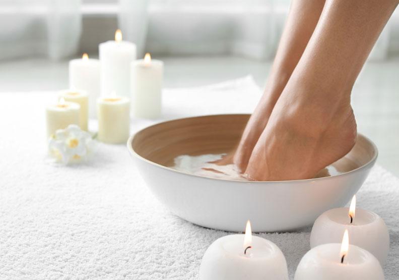 泡腳吧!冬天對抗寒流的保暖之道:足浴配方與穴道按摩