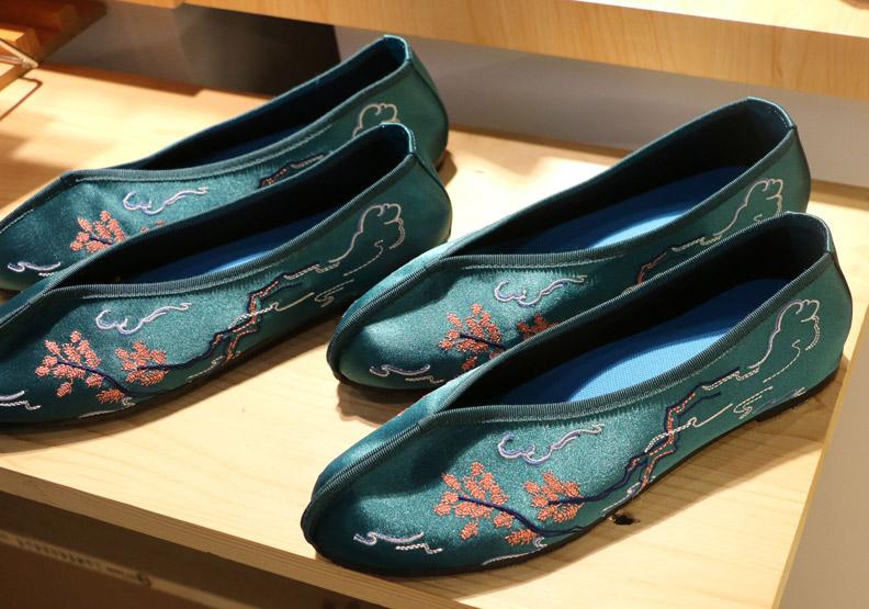 在永樂市場,碰見上海的手工繡花鞋:小花園