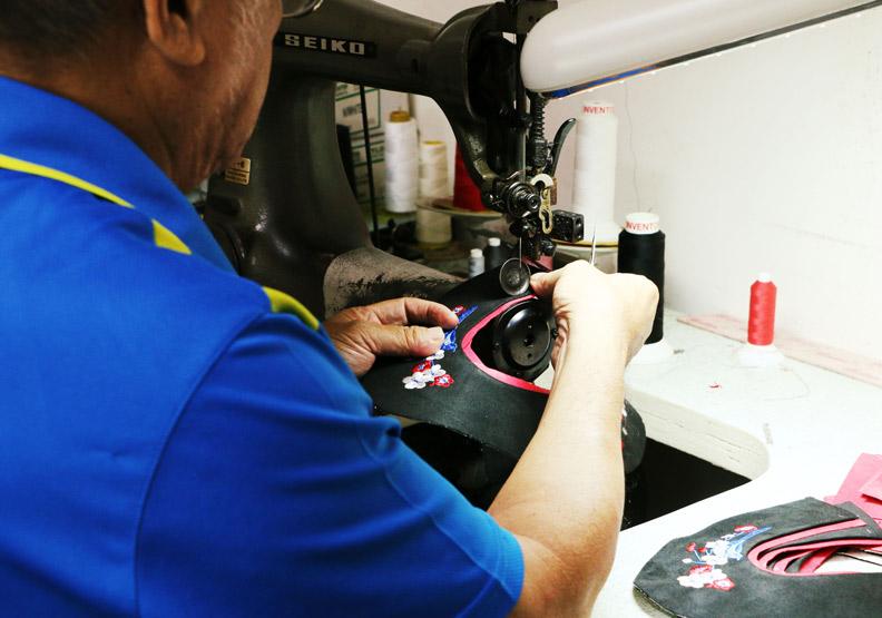 製鞋師傅縫製鞋面的過程。攝影:洪采姍