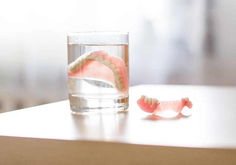 裝了假牙不是就能一勞永逸!太大意小心牙根蛀爛不自覺