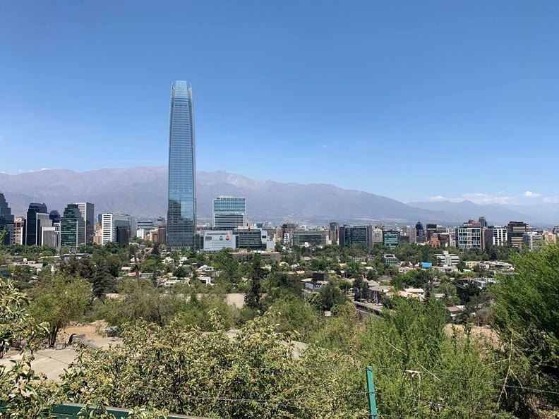 造價逾10億美元的智利最高樓Gran Torre Santiago,成為聖地牙哥兩番不同市景的分界線。(圖片提供:趙偉婷)
