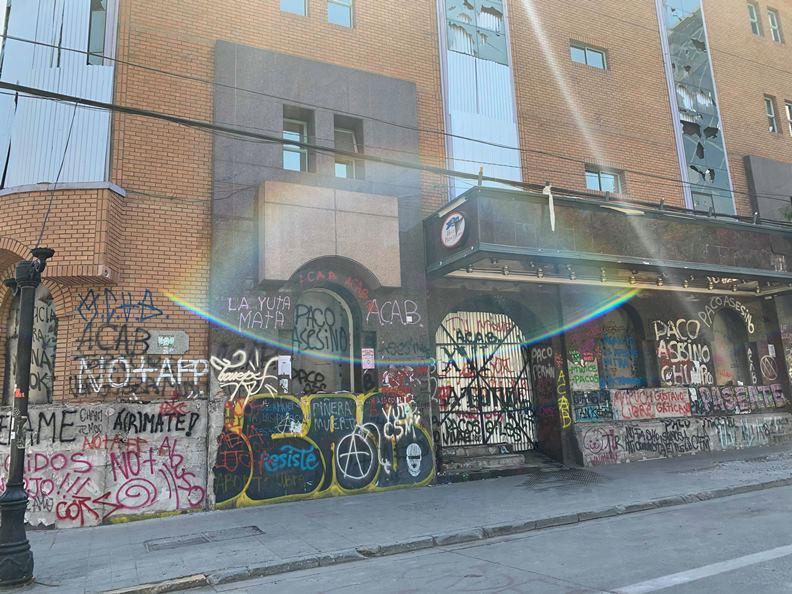 連月來的抗爭,聖地牙哥市區隨處可見不滿政府的抗議標語及塗鴉創作。(圖片提供:趙偉婷)