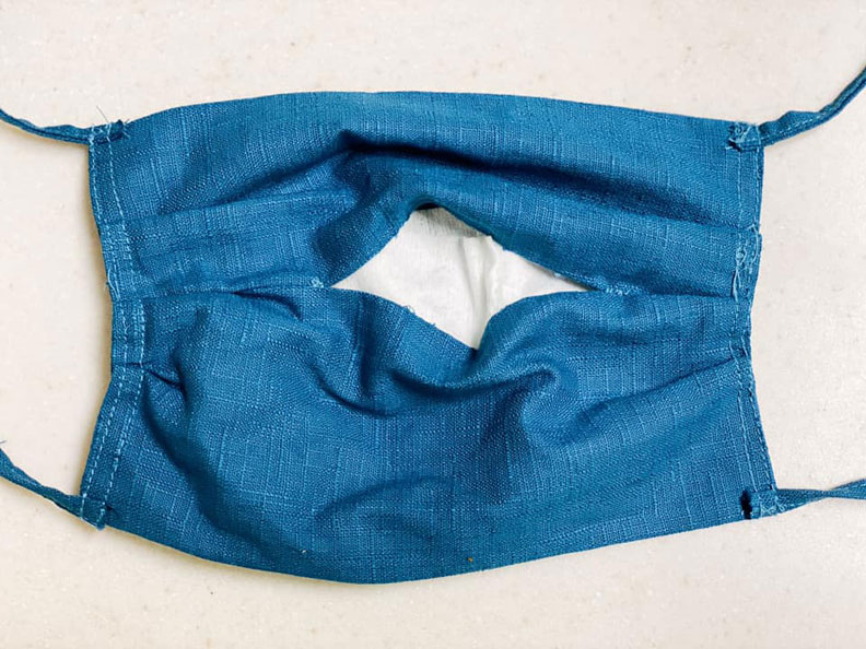 口罩記得做個開口放入過濾用不織布(白色處);取自陳冠廷醫師臉書。