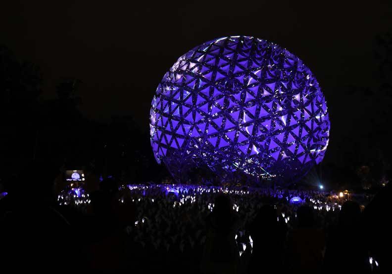 這次燈會將花博的機械花重新打造,以「福賜大地」為主題,相當吸睛。