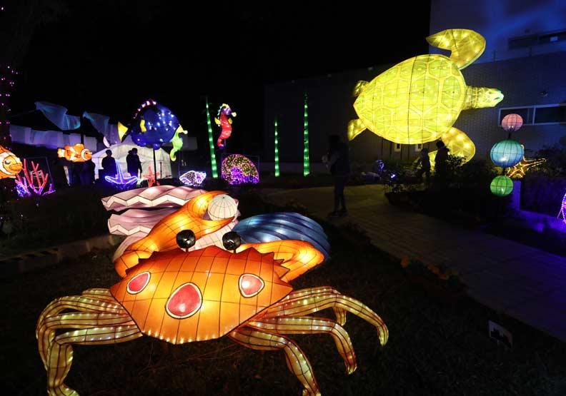 「海底世界」為主題的燈,螃蟹正從蚌殼裡偷夾珍珠。。