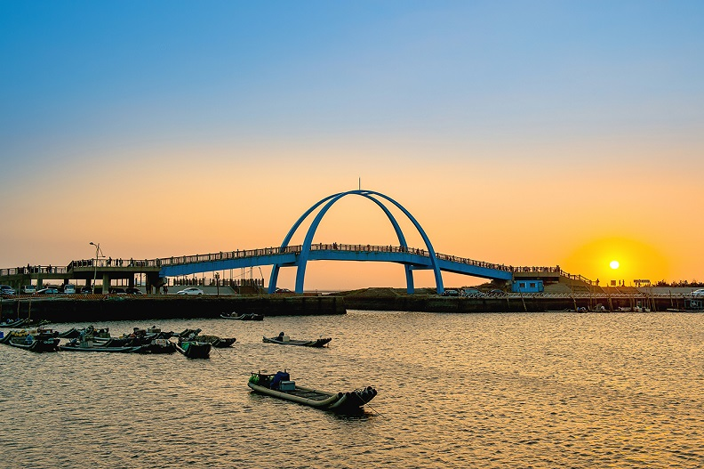 晚間時分的王功漁港夕照,傳遞絕美的橘黃視覺饗宴,被稱為「王功漁火」,是不容錯過的彰化景點之一!