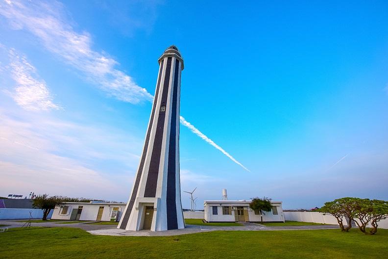 王功燈塔興建於1983年,是台灣最年輕的燈塔,八角形的特殊造型更是熱門打卡景點。