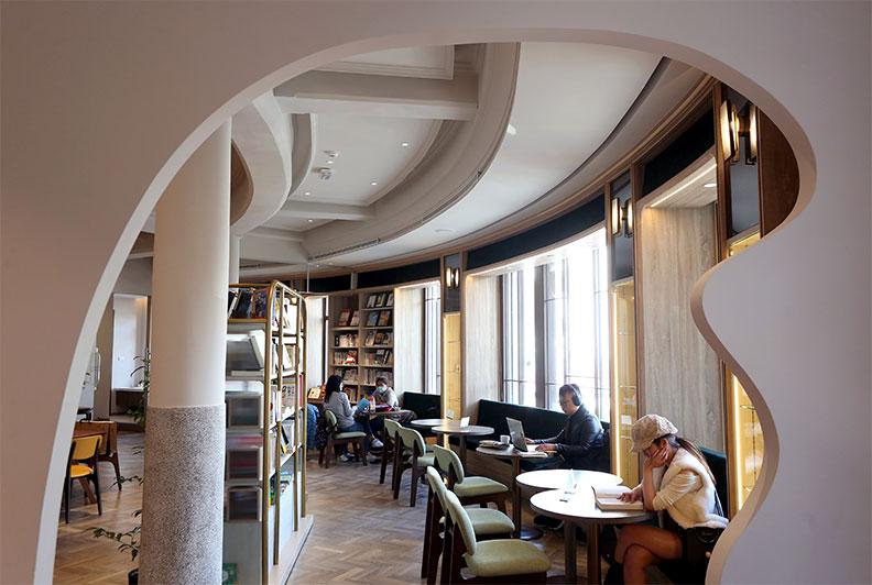 在中央書局買本書、點杯咖啡,坐在沙發上好好享受一下午,是人生一大美事。
