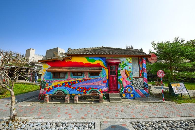 喜愛藝術的遊人,一定要造訪桂花巷藝術村,感受藝術融於日常生活的趣味。